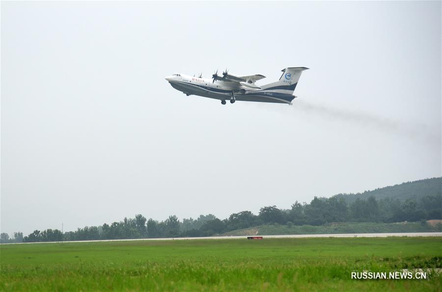 Китайский крупногабаритный самолет-амфибия AG600 совершил первый полет над морем