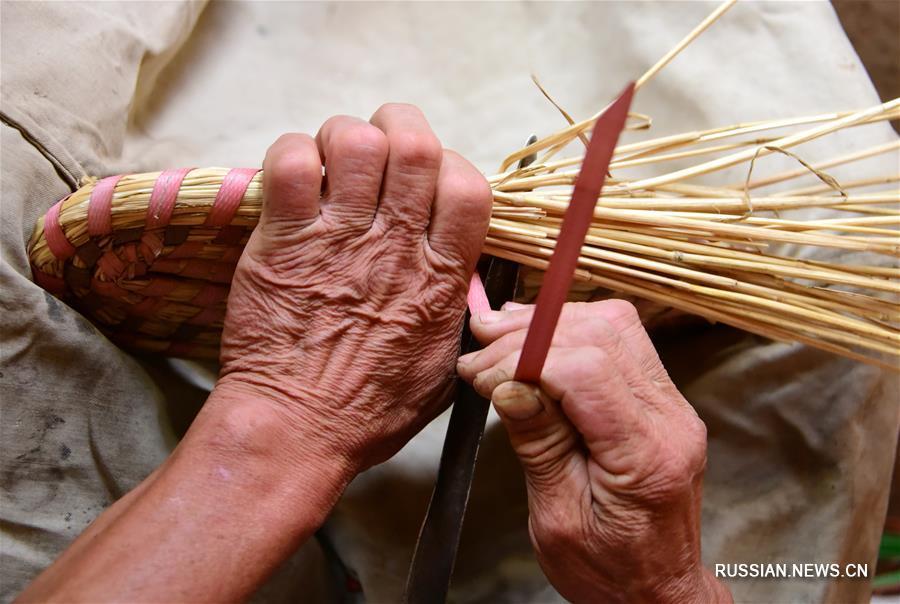 Мастер плетения из соломы Ян Чжэньго