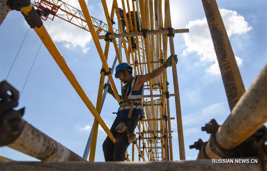 Жара не помеха работе -- Строительство телецентра в Ухане