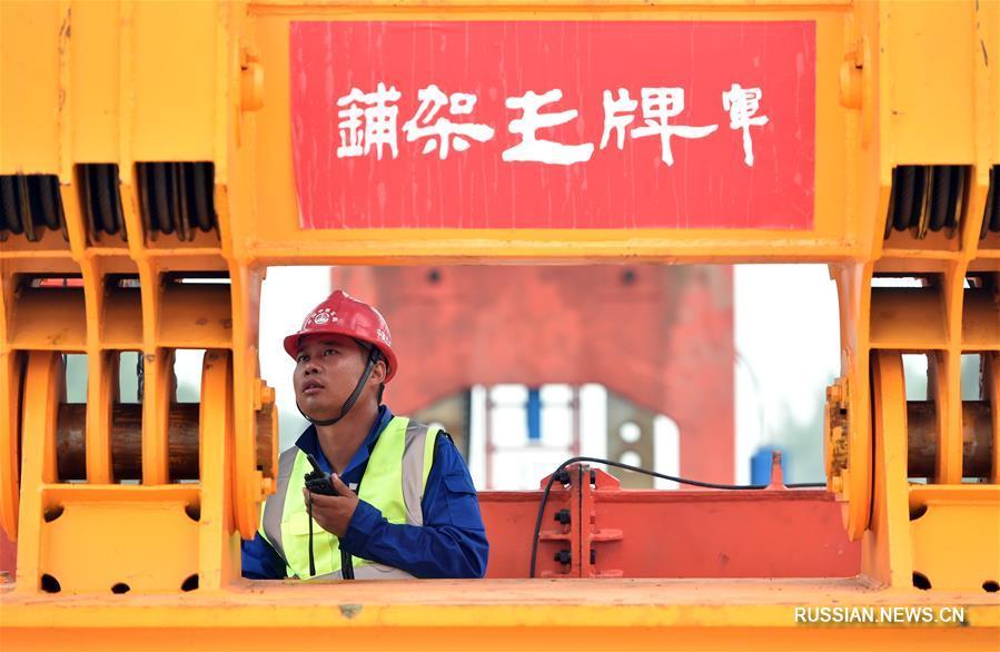 На железной дороге Чжэнчжоу -- Сюйчан началось возведение верхних дорожных конструкций