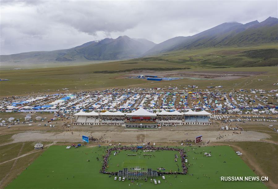 Состязания по перетягиванию каната на традиционном конном празднике в уезде Дамшунг