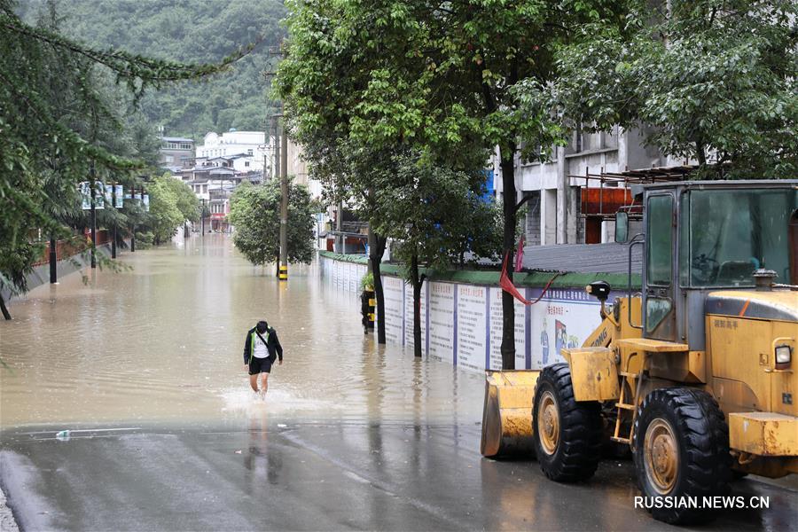 В городе Луннань провинции Ганьсу продолжаются проливные дожди