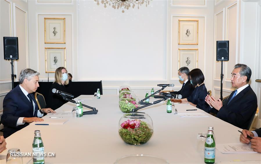 Ван И встретился с главой МИД Канады Ф.-Ф. Шампанем