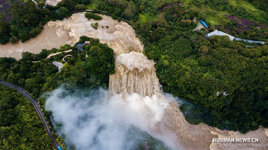Величественный вид водопада Хуангошу в Гуйчжоу