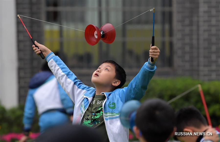 Здоровье нации -- Китайское йо-йо на школьных уроках физкультуры в Наньчане