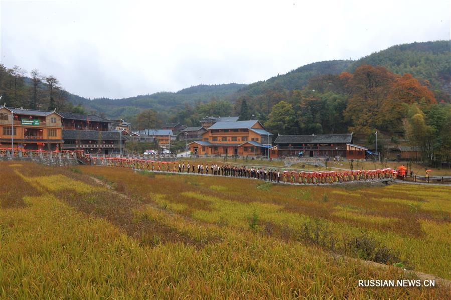 В уезде Лунхуэй прошла коллективная свадьба