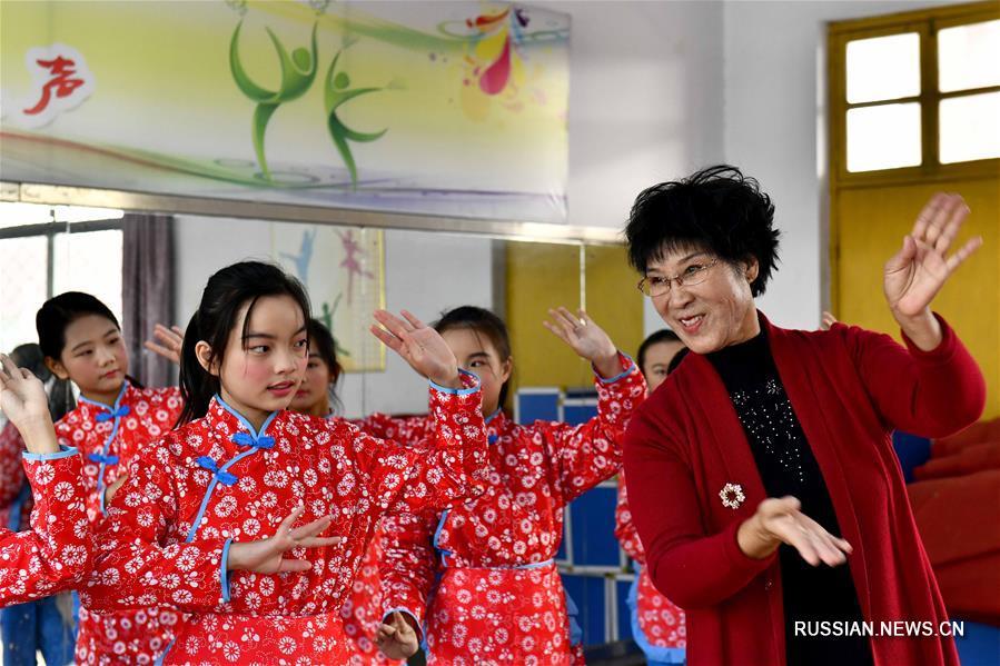 Артисты-волонтеры ведут театральные кружки в школах Цзаочжуана