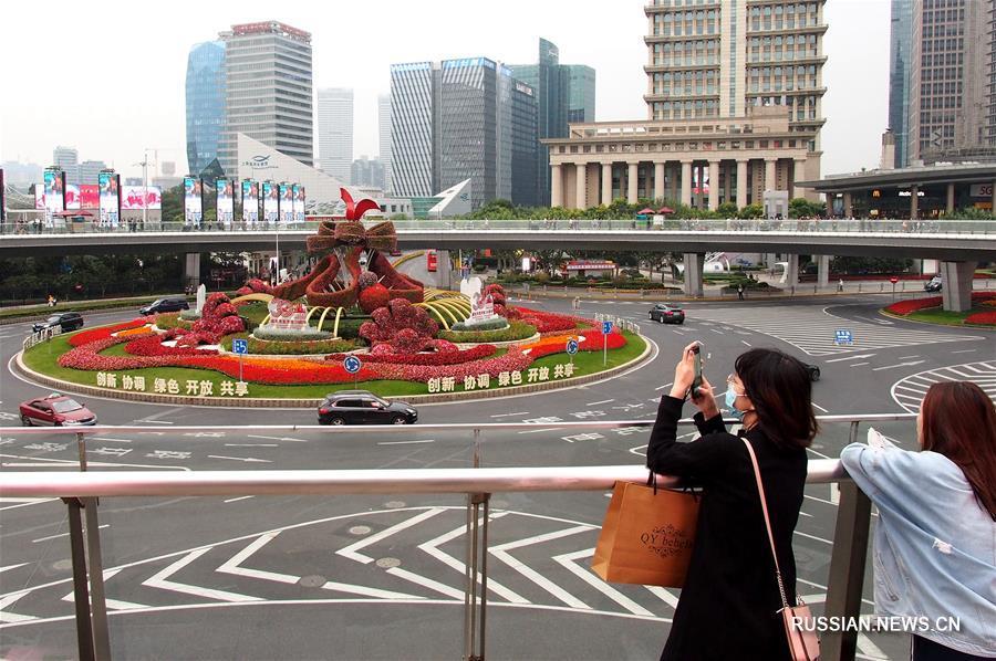 Трехмерная цветочная композиция в честь 30-летия развития и открытости шанхайского района Пудун