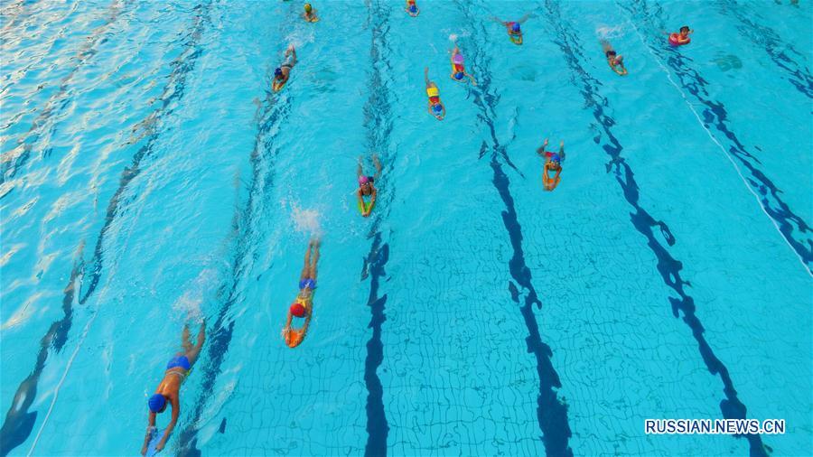 Жители Суйнина спасаются от жары в бассейне