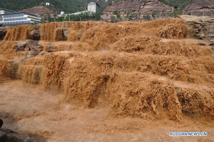 Мощь и великолепие водопада Хукоу в сезон паводков