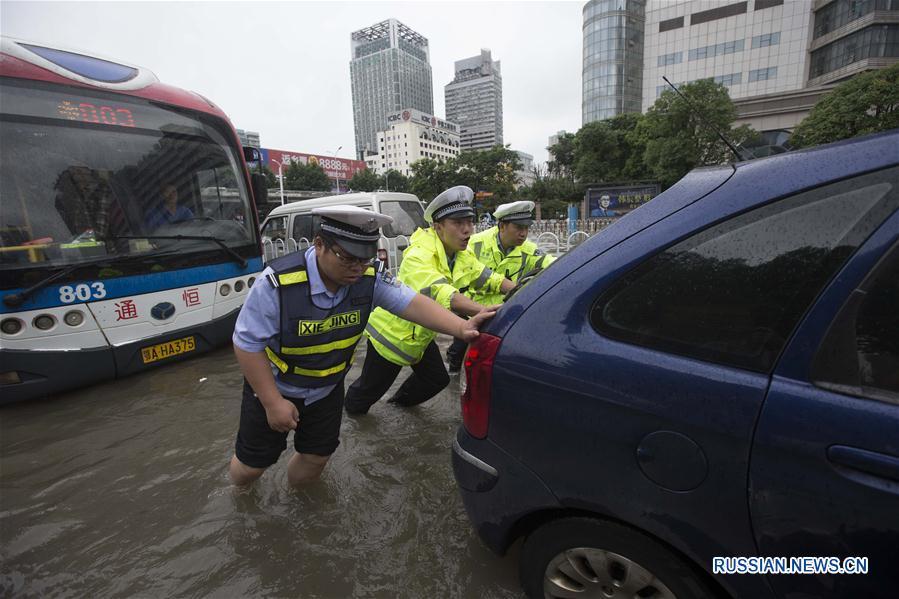 Улицы Уханя оказались под водой в результате продолжающихся ливней