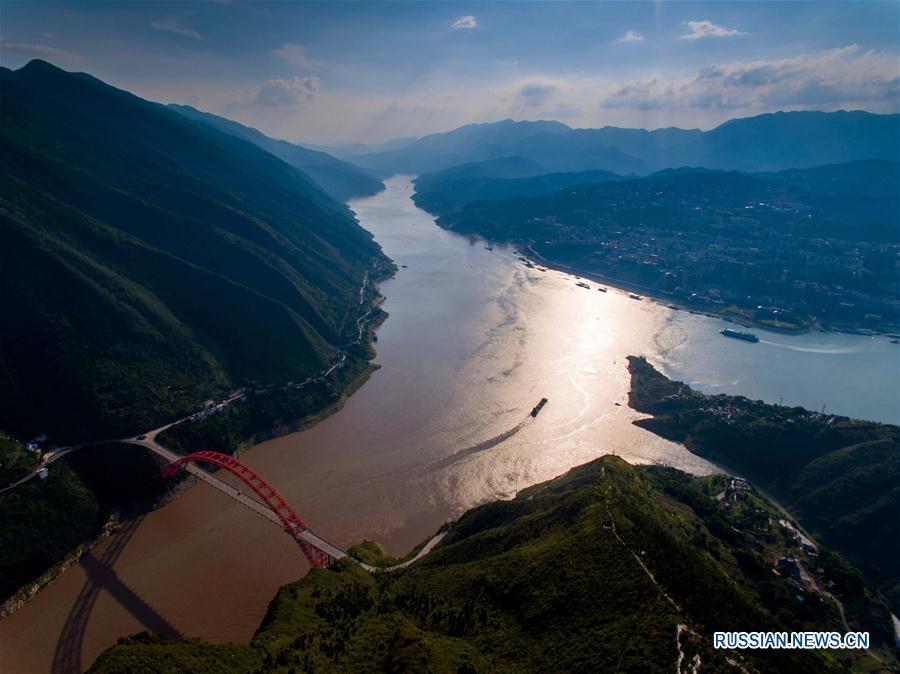 Вид сверху на знаменитое ущелье Уся на реке Янцзы