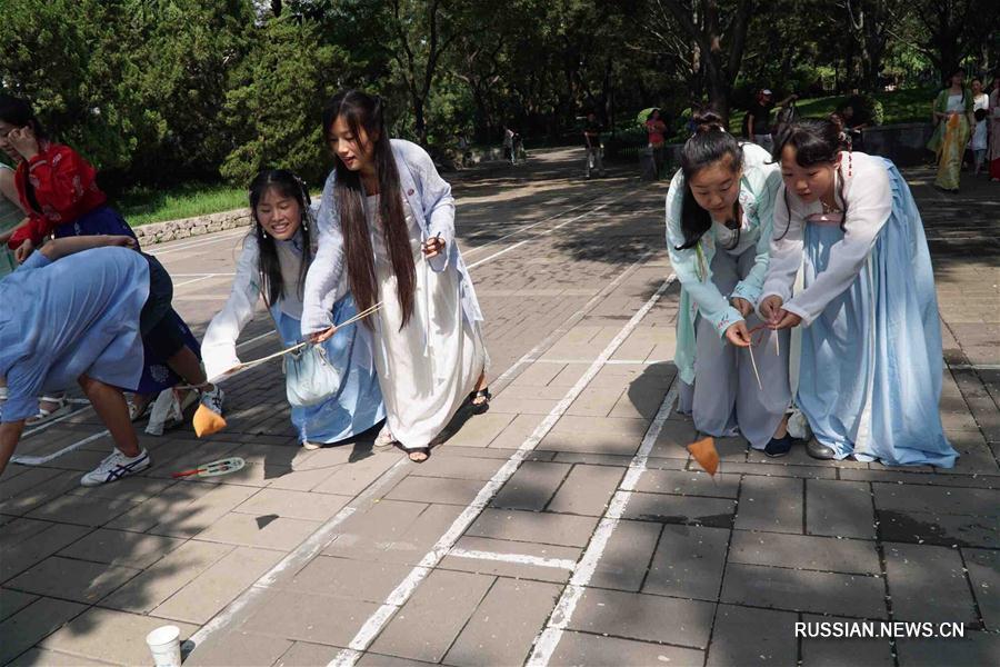 Праздничное шоу традиционных китайских нарядов в одном из парков Пекина