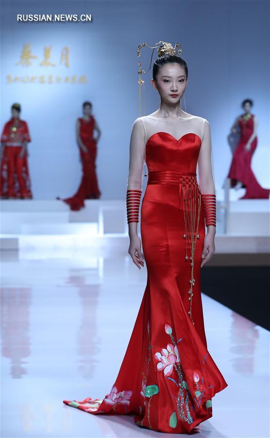 Показ свадебных платьев от дизайнера Цай Мэйюэ на Пекинской неделе моды