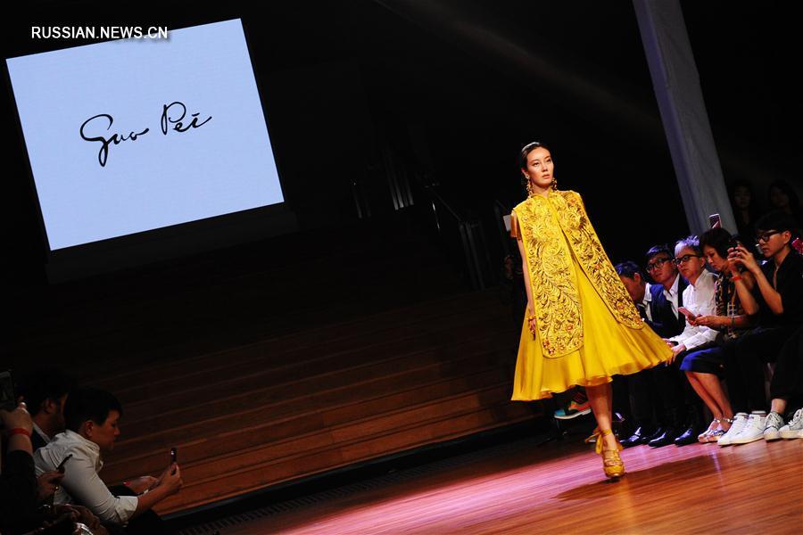 Показ коллекции китайского модельера Го Пэй на Неделе моды в Сингапуре