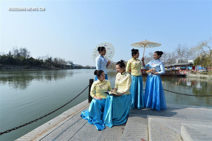 Праздничный показ нарядов к 8 Марта в древнем городе Тайэрчжуан