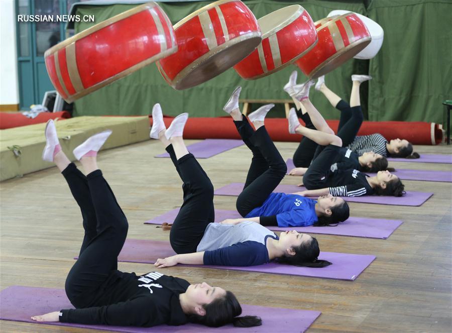 Будущие звезды цирка из Синьцзяна постигают мастерство в Шанхайской цирковой школе