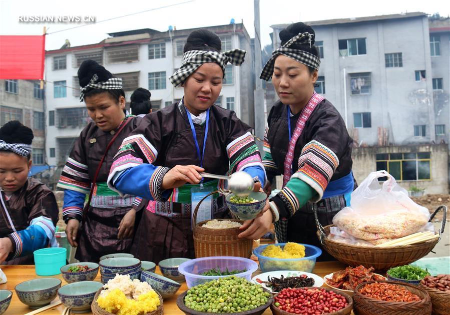 Традиционное угощенье на весеннем фестивале народности дун в Гуйчжоу
