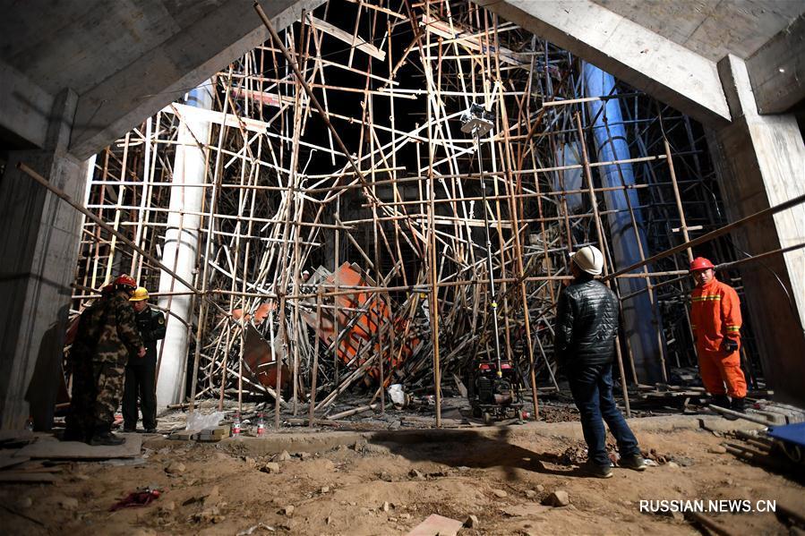15 человек оказались под завалами из-за обрушения строительных лесов в провинции  Хубэй