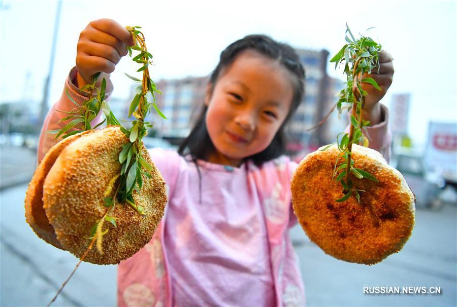 """""""Жареные лепешки на ветке ивы"""" -- символ праздника Цинмин в провинции Аньхой"""