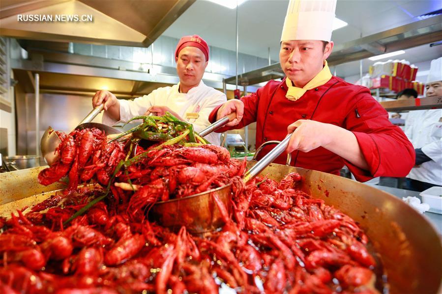 Свежие раки на рынках и в ресторанах уезда Сюйи