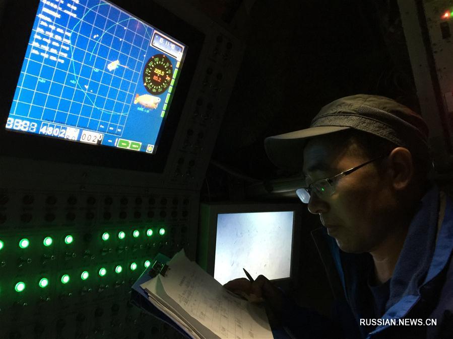 """Корреспондент Синьхуа на батискафе """"Цзяолун"""" погрузился на 4811 метров в самом глубоком месте на Земле"""