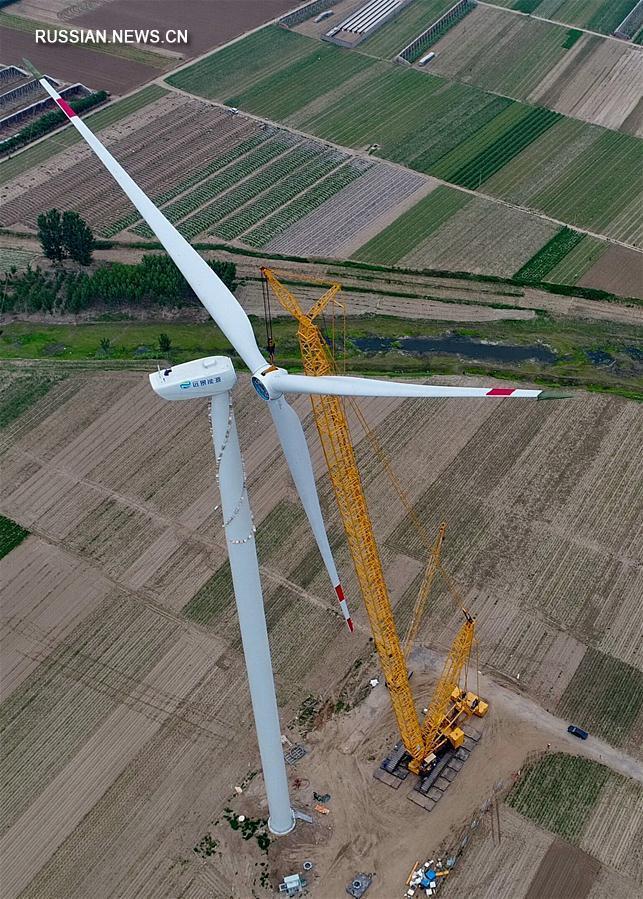 На строящейся ветроэлектростанции в устье реки Луаньхэ началась сборка ветрогенераторов