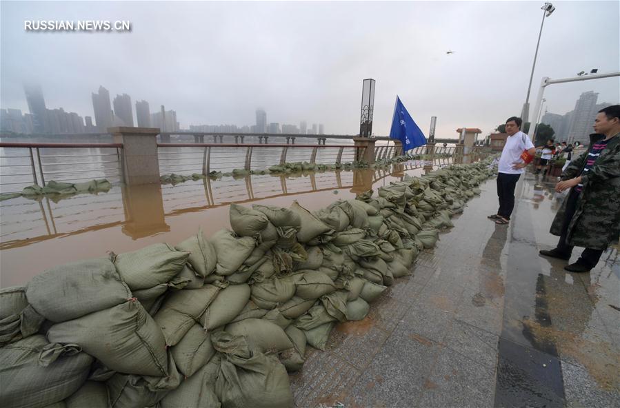 Из-за продолжительных осадков уровень воды в протекающей через китайский г. Чанша  р. Сянцзян поднялся до рекордной отметки