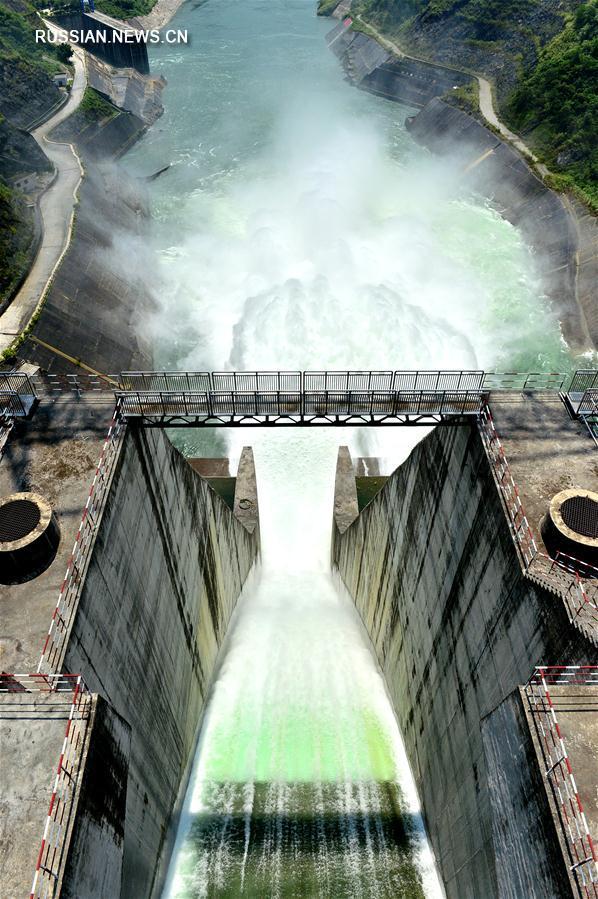 """Сброс воды на ГЭС """"Лунтань"""""""