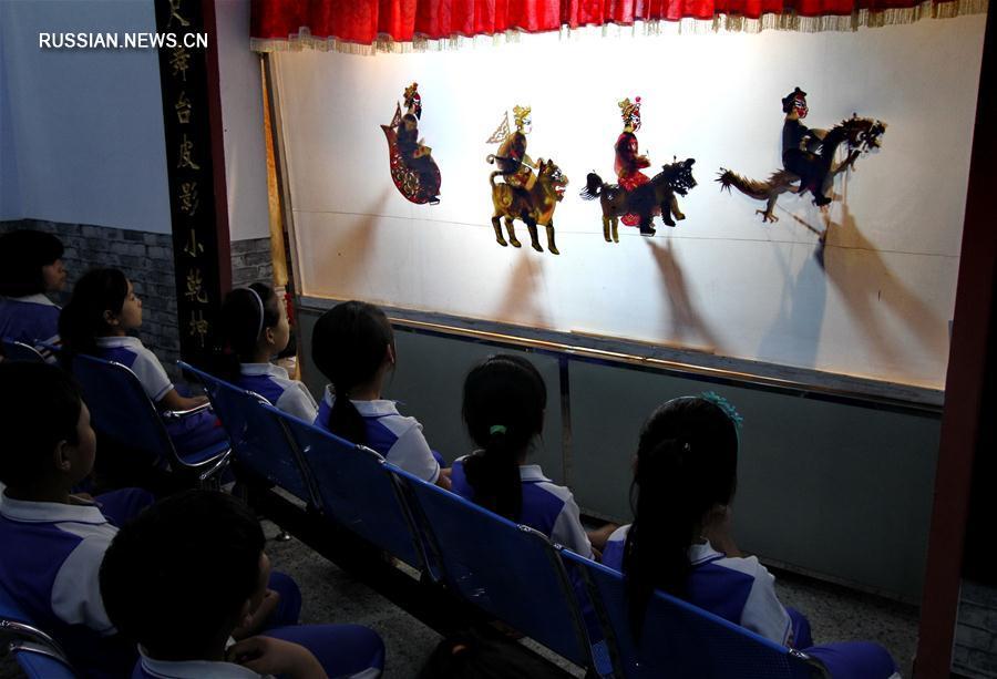 """В одной из начальных школ Ханьданя для """"оставленных"""" детей организованы бесплатные уроки по искусству театра теней"""