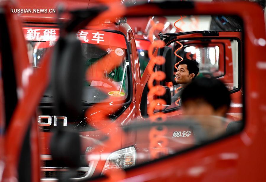 На новом китайском предприятии по производству автомобилей на новых источниках энергии собран первый грузовой электромобиль