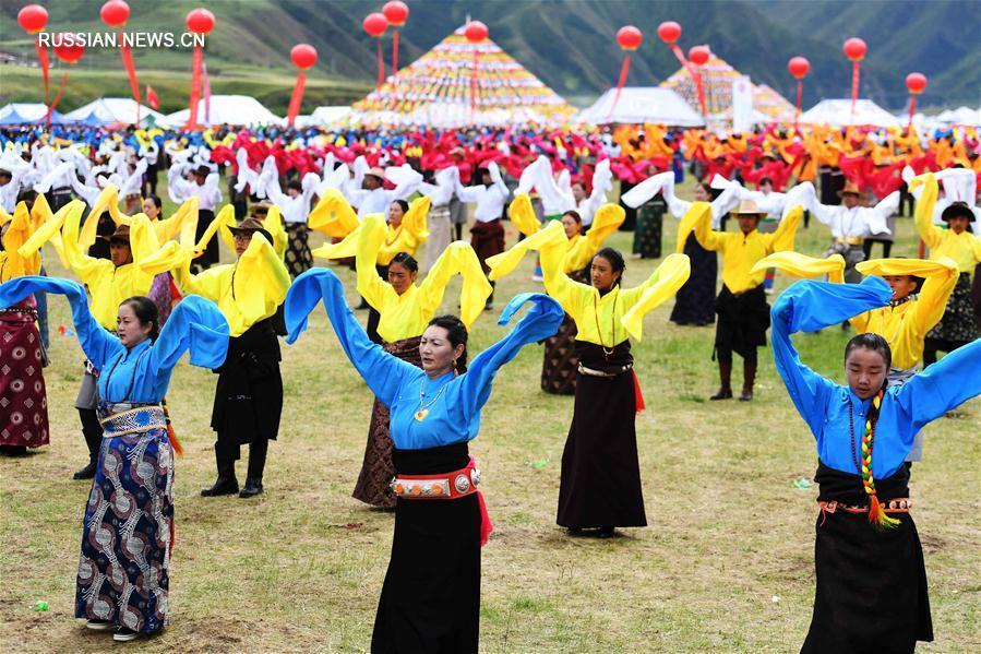 Тибетский народный танец гочжуан в степи уезда Луцюй