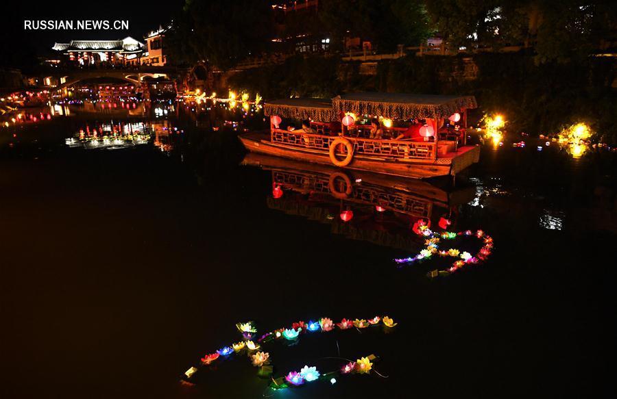 Фестиваль речных фонариков в древнем поселке Саньхэ