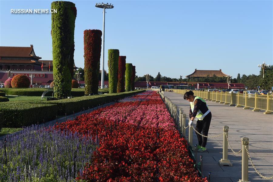 В преддверии Национального праздника КНР площадь Тяньаньмэнь украшают цветами