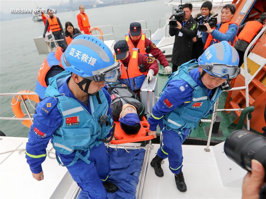В Чунцине завершились комплексные учения спасателей по оказанию экстренной медицинской помощи на суше, воде и в воздухе