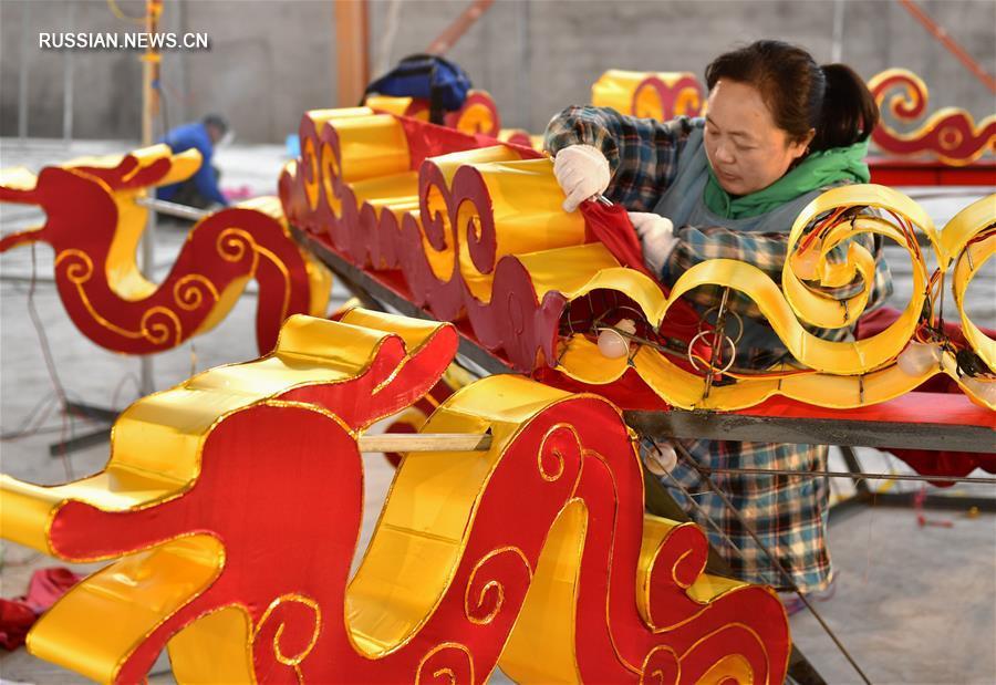 Изготовление больших цветных фонарей для новогодней выставки в уезде Сюаньэнь