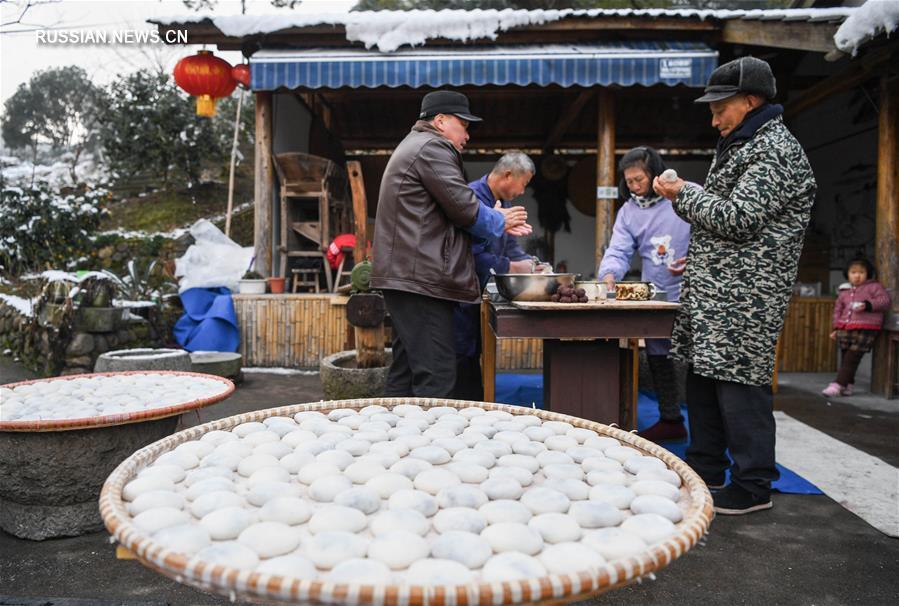 Изготовление новогодних пончиков мацы в деревне Саньцзянкоу