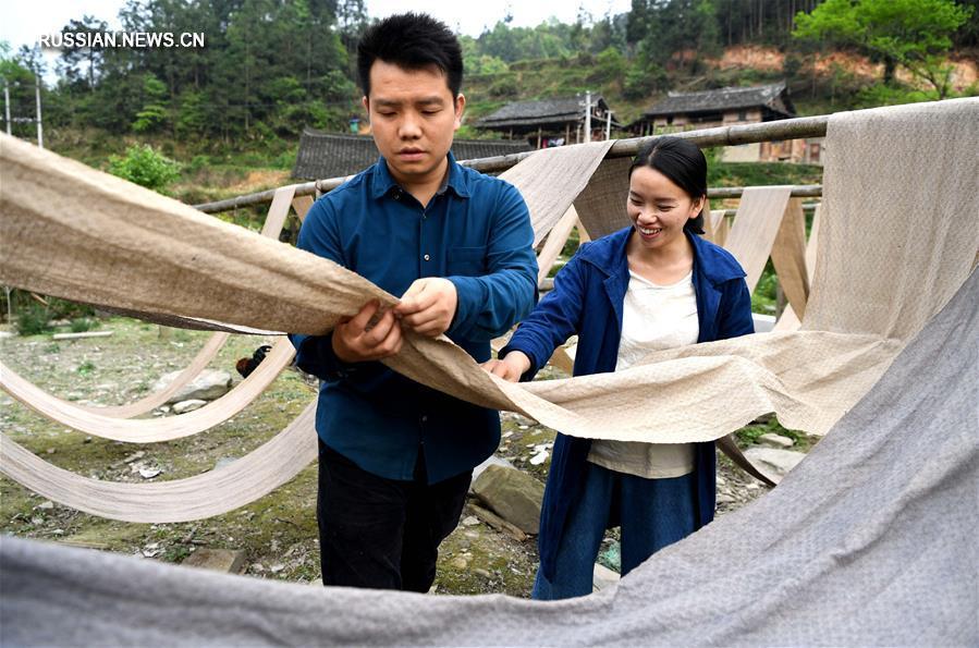 Молодые супруги-дуны вернулись в родную деревню, чтобы производить и продавать дунские домашние ткани