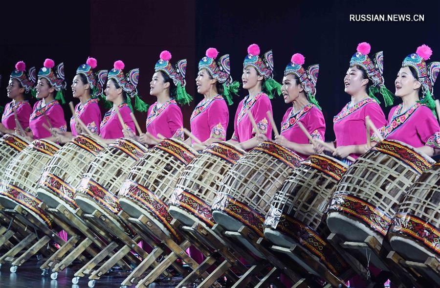 В Чусюне прошло шоу победителей конкурса национальной одежды провинции Юньнань