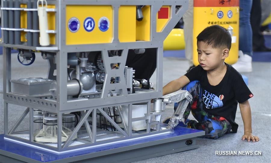 Дети и роботы на 17-й Китайской международной выставке приборостроения в Шэньяне