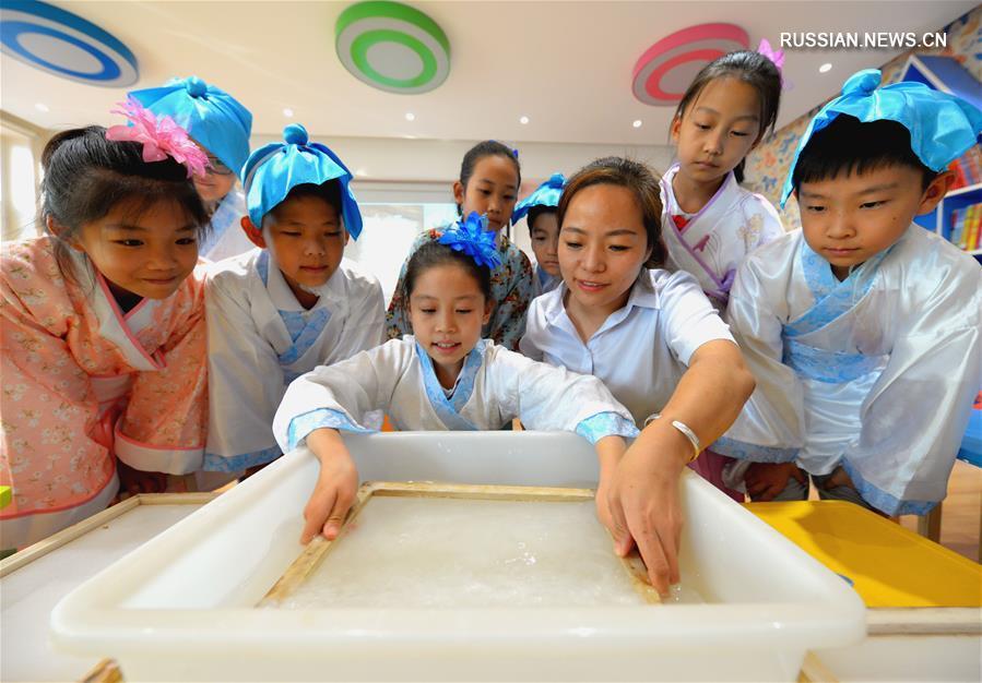 Традиционное искусство изготовления бумаги покорило школьников из провинции Хэбэй