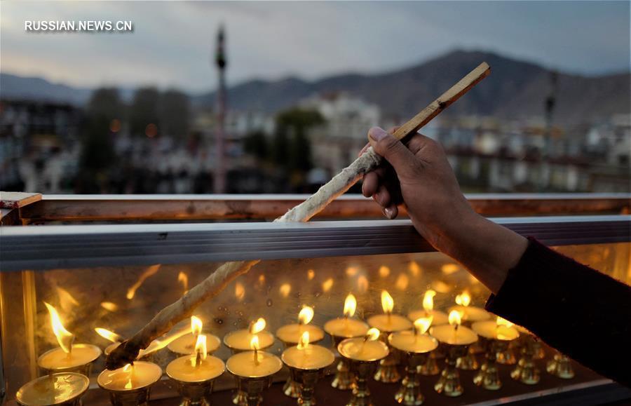 Буддисты Тибета зажгли светильники в память о наставнике Цонкапе