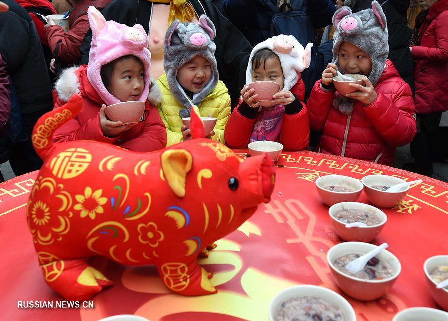 Жители Поднебесной готовят и едят праздничную кашу лабачжоу