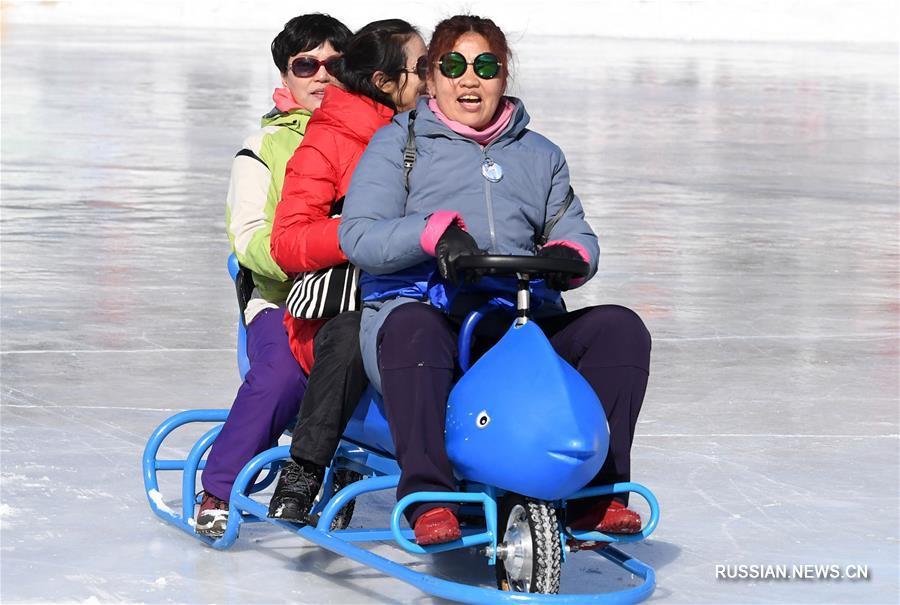 Зимний пейзаж озера Тяньчи в Синьцзяне привлекает большое количество туристов