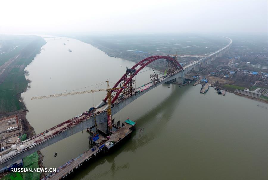 В провинции Аньхой завершен подъем арки железнодорожного моста через Хуайхэ