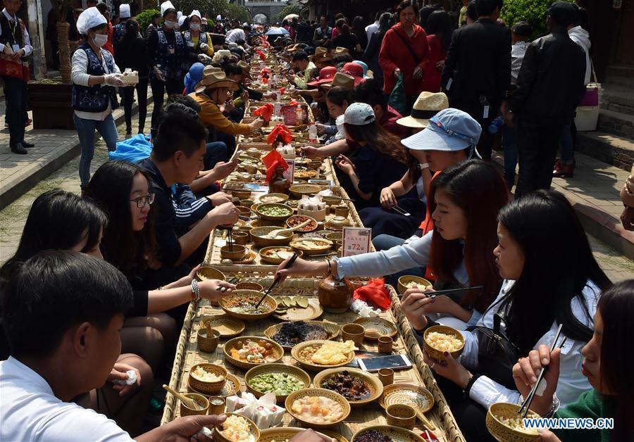 (晚报)(1)云南巍山:彝族生态长街宴