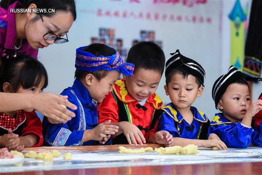 Дети из провинции Чжэцзян готовятся к праздникам