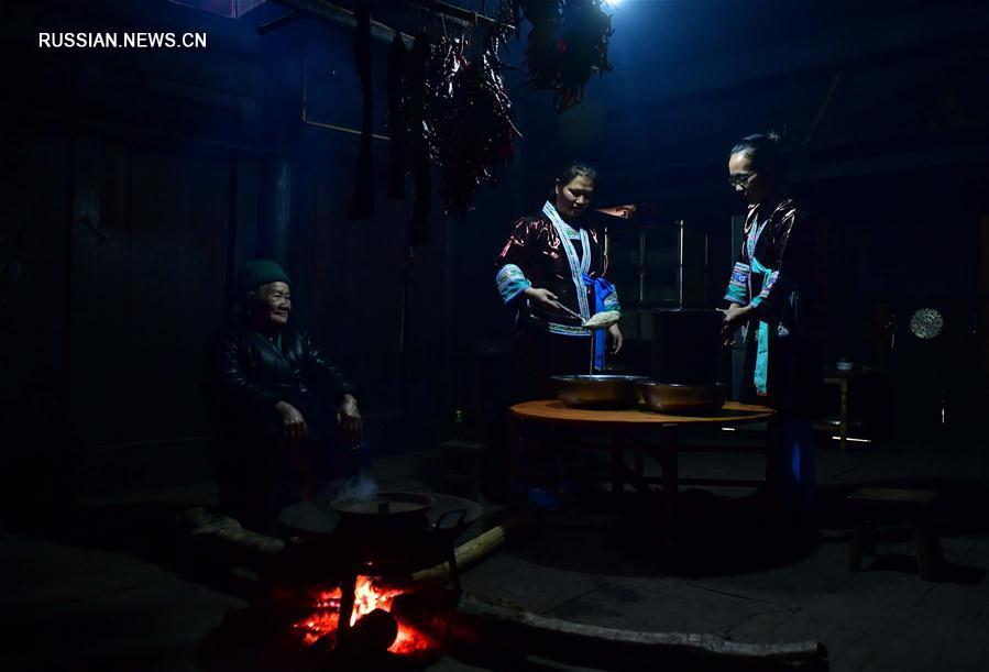 Мяоские женщины готовят традиционное вино чунъян