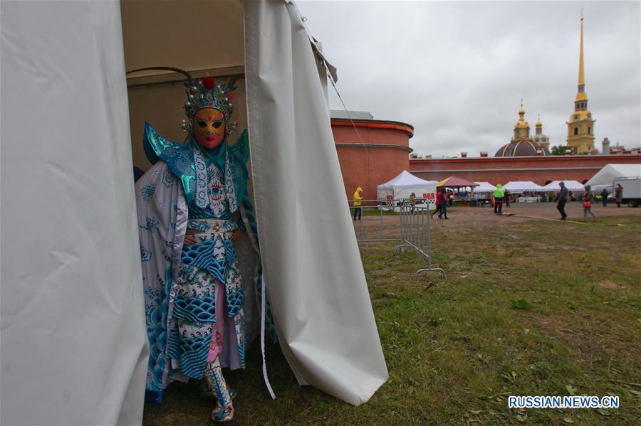 Гонка лодок-драконов на Неве и Летний фестиваль китайской культуры прошли в Санкт-Петербурге