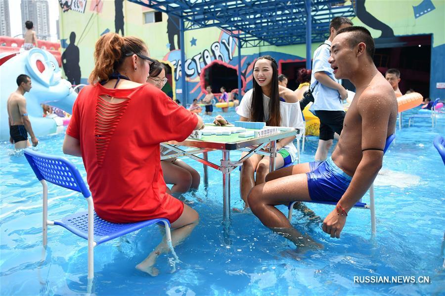 Игра в мацзян в знойный день -- жители Чунцина спасаются от жары